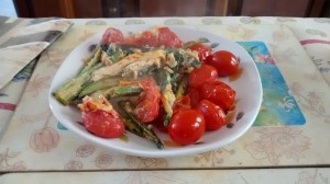 But none of this is new to mum - here's what she made with the remaining tomatoes from above I gave her - added onions, Chinese leaf cabbage and okra to the pot to continue sizzling, then beat a couple of eggs into it and dished it up moments later.